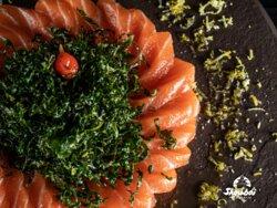Shoubai Hara Especial: Fatias de barriga de salmão temperadas com molho especial a base de azeite trufado com crispy de couve.