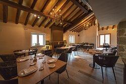 El comedor principal está situado en la primera planta del restaurante, con una decoración cálida y acogedora.