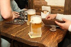 Запотевшие бокалы со свежим пивом