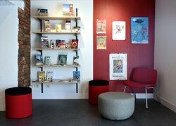 """A l'accueil, un espace """"lecture"""" pour découvrir la programmation culturelle de nos différents partenaires (musées, saisons culturelles...)."""