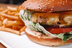 Burger du Théâtre, frites fraiches, salade de mesclun