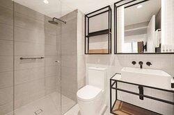 vibe hotel melbourne deluxe room twin bathroom