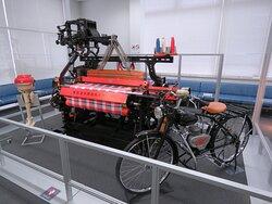 機織り機と原動機付自転車