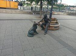 kutyás lány szobor