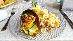 fritto di mare e verdure fritte