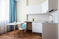 Апартаменты Стандарт плюс Удобно обустроенное пространство для размещения со всем необходимым для жизни.  Спальная зона: полутороспальная кровать, прикроватный шкаф с полками и ящиками, шторы Blackout, затемняющие помещение при необходимости, полки настенные, телевизор, телефон. Кухонная зона: гарнитур, раковина, варочная поверхность, столик/барная стойка, стул, холодильник, посуда. Входная группа: платяной шкаф. Ванная: душевая зона, раковина, зеркало, полотенцесушитель, унитаз.