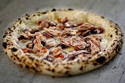 """La nostra """"𝐓𝐫𝐨𝐩𝐞𝐚"""" con fiordilatte, cipolla rossa di Tropea, pomodorini semi dried, olive taggiasche e filetto di tonno a pinne gialle. #foodporn 💋"""