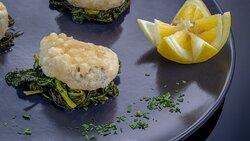 Baccalà in tempura su letto di broccoli verdi