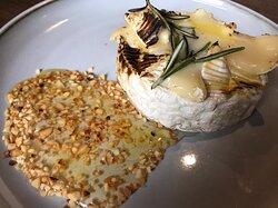 Заепеченый камамбер с розмарином, мёдом и орехами