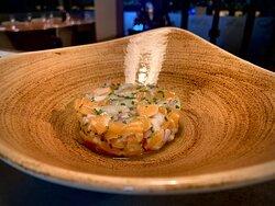 Le tartare. La rencontre entre la Saint-Jacques et le saumon.