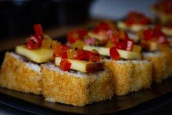 Short rib, aguacate, aderezo de pozol chute y de pimientos , queso ahumado de Tenosique con un toque de miel.