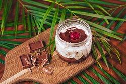 🍮 Сметанник из шоколадного бисквита и сливочного крема, припудренного тонким слоем какао.