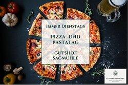 """DIENSTAG ist PIZZA- und PASTATAG im Gutshof Sagmühle!  Freuen Sie sich auf verschiedene Pizzen und weitere ITALIENISCHE KÖSTLICHKEITEN wie Rindercarpaccio, Bandnudeln mit Kalbsrücken Streifen oder aktuell Spargelrisotto mit Lachsfilet. Und noch viel mehr gibt es zum verkosten während Sie """"bayerisch-toskanischen-Flair"""" auf unserer Sonnenterrasse genießen."""