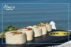 Γευστικά πιάτα με θέα το γαλάζιο της θάλασσας
