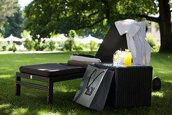Traumhaft entspannen im weitläufigen Hotelpark mit Blick auf den Infinity Außenpool - Urlaub à la Sonnenhof!
