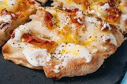 LA CARBONARA  (fior di latte , guanciale croccante, crema di pecorino, olio evo, uovo, pepe)