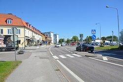 Genomfart genom karlsborg i amerikansk stil då Göta kanalbron hindrar att vägen läggs utanför samhället