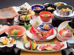 熊本・阿蘇の大地が育む数えきれないほどの食材の中から、日々、料理長が厳選したものを、ひと皿一皿、丁寧に調理させていただいています。