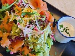 Hausgebeizter Lachs auf Blattsalat