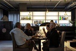 Vista del bar con ospiti a un tavolo