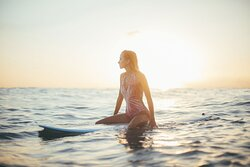SUNSET SURF What is better then see the sun go down at the end of the day and catch some nice waves? Famara Beach is the place!  When do you plan to come?  www.lanzasurf.com 🧡💦☀️🏄🏽♀️ 𝗟𝗮𝗻𝘇𝗮𝘀𝘂𝗿𝗳 𝗦𝘂𝗿𝗳 & 𝗬𝗼𝗴𝗮 𝗖𝗮𝗺𝗽𝘀 𝗟𝗮𝗻𝘇𝗮𝗿𝗼𝘁𝗲, 𝗖𝗮𝗻𝗮𝗿𝘆 𝗜𝘀𝗹𝗮𝗻𝗱𝘀