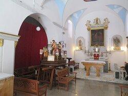Monument coloré installé à gauche de l'autel