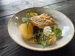 Grillowany morszczuk z młodymi ziemniakami, sałatka  z nowalijek i sos maślany