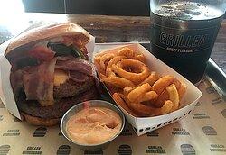 """Dobbelt bøf og dobbelt bacon. Det var også det eneste der var dobbelt af. Der var heller ikke mange fritter. Og så var - som det ses på billedet - baconen langt fra stegt. Bedre held næste gang, """"køkkenchef"""". Det var FOR mange fejl på bare en burger."""