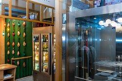 Bilbao Restaurante es accesible para todos.  Amplio ascensor para acceder a los lavabos.