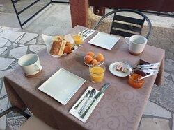 Petit Déjeuner sous la Glycine Centenaire