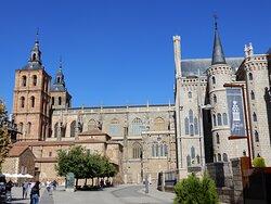 Catedral de Aastorga y palacio de Gaudí desde la plaza de Eduardo de Castro