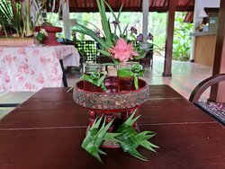 เวลคัมดริ้ง เป็นน้ำสมุนไพรไทย หอมชื่นใจ หวานนิดๆ พันรอบแก้วด้วยใบเตย ทำเป็นดอกกุหลาบ สวยและประณีตมาก และที่ท่านเห็นเป็นรูปปลาตะเพียนสานด้วยใบเตย ด้านในเป็น สบู่ แบบ ออร์แกนิค ที่ ทางรีสอร์ท ทำเอง ครับ