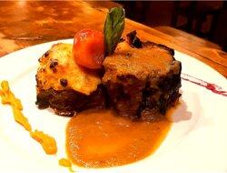 Bondiola Braseada al horno de barro con batatas rellenas de miel y almendras gratinada