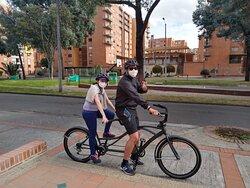 Viajeros rentando bicicleta tandem