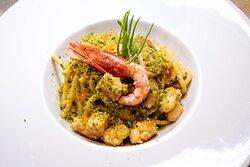 Pasta fresca con pesto di pistacchio di bronte e rosso di Mazara