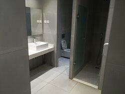 Vm Untergeschoss stehen den Urlauber zwei Badräume zur Verfügung für die Abreise ( Frauen+Männer ) denn man muss 11:00Uhr das Zimmer verlassen so wie sein AI-Band abgeben!