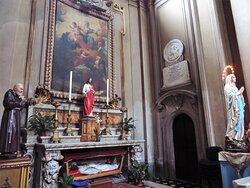 La cappella principale di sx (dedicata a Sant'Antonio da Padova); sotto l'altare l'urna con le spoglie di Santa Candida