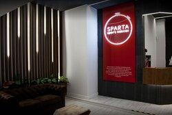 Nuestros clientes tienen acceso gratuito a salas y actividades del gimnasio profesional: Sparta sport center, junto al hotel.