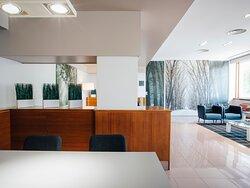 El hotel cuenta con mucho espacio de trabajo y relax en su planta baja o lobby.