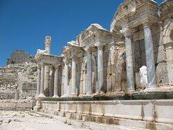 Нимфеон. Построен в честь императора Антонина в 160-180 годах на месте фонтана времён Августа.