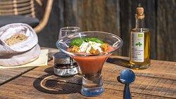 Gaspacho de tomate et fraise, Espuma Huile d'olive basilic bio et Tapenade noire bio aix&terra