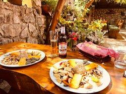 Ausgezeichnetes Essen. Schöne Atmosphäre wenn man die Natur mag. Die vegetarische Platte ist sehr zu empfehlen.