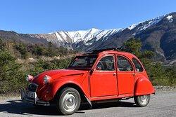 Les Belles Lurettes. Vue 7. Location Cabriolet 2CV Revisité  2 Places et 2 CV Citroën, Bertille La Rouge et Fanny La Blanche 4 Places. Mariages ou Escapades. Salignac 04290.