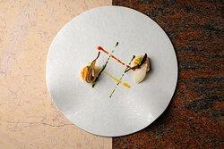 NORMA — Capasanta grigliata, pomodoro giallo e rosso, chips di melanzana baby, basilico e ricotta salata