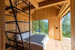 GlamBOX è il modulo ricettivo innovativo in legno di castagno di Selucente. La sua particolarità è quella di avere il letto montato su un carrellino che può essere spostato sulla pedana esterna per osservare il cielo senza filtri o dormire immersi nella natura.  foto Andrea Ferrari | PEPE fotografia