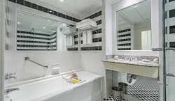 O.Henry Hotel King Room Bathroom with large soaking tubs.