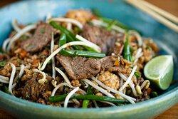 Fried Rice: Arroz frito na wok, Ovo, Cenoura, Ervilha, moyashi e cebolinha. Acompanha refogado chinês.