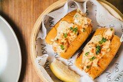 Camarão Roll:  Dupla de pãozinhos chinês no vapor recheado com camarão, leve toque de manteiga, maionese kewpie da casa, gengibre e cebolinha.