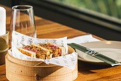 Pulled Sando:  Sanduíche de rua japonês. Porco pulled crocante, molho tonkatsu e maionese kewpie e picles de cebola roxa.
