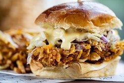 Aki Chicken:  Frango empanado no Corn Flakes, saladinha asiática de repolho, molho tonkatsu, maionese kewpie da casa, queijo prato no pão de leite. Acompanha batata frita.